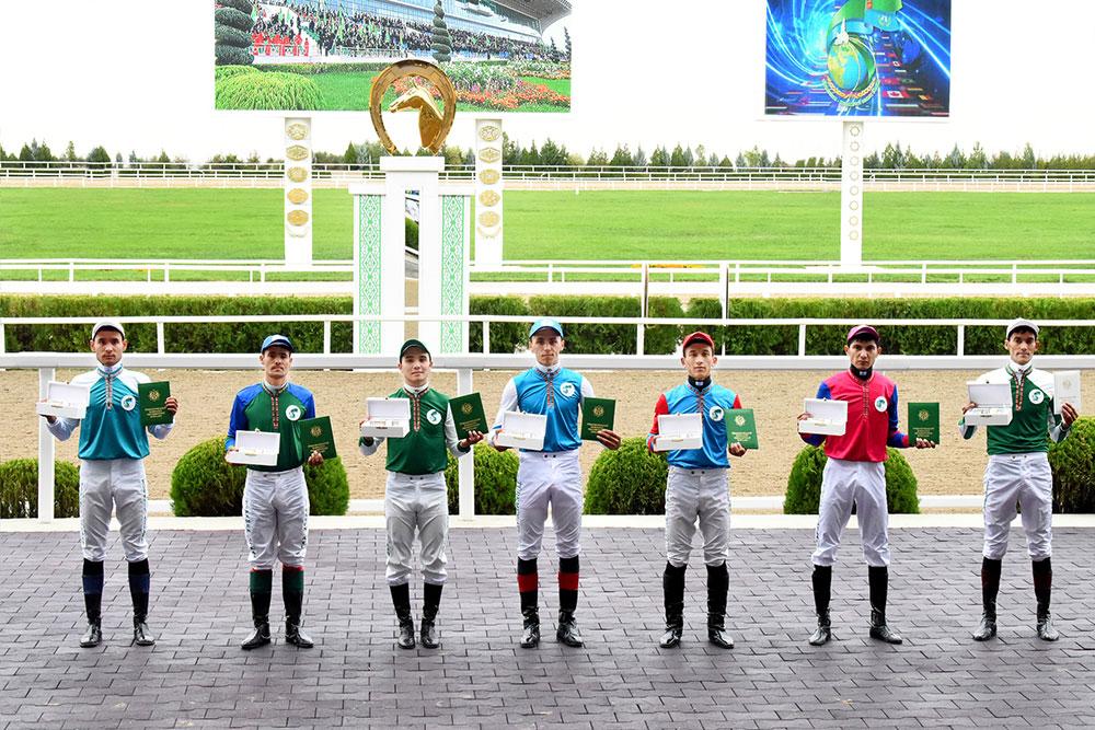 На праздничных скачках в Ашхабаде разыграли главный приз Президента  Туркменистана | Общество