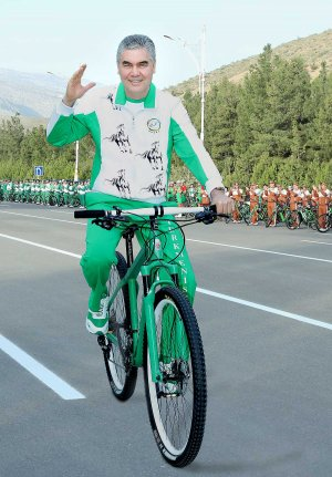 President of Turkmenistan leads a massive bike ride on the occasion of World Health Day