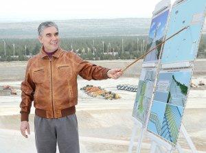 Türkmenistanyň Prezidenti Aşgabatda alnyp barylýan gurluşyklar bilen tanyşdy